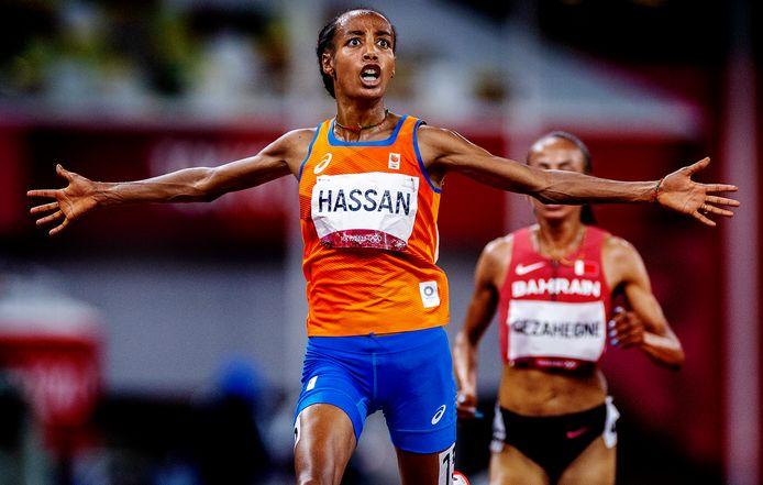 Sifan Hassan komt als eerste over de finish op de 10.000 meter.