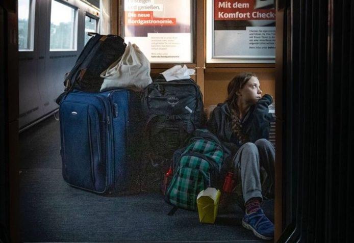 Greta Thunberg zit op de grond in de trein