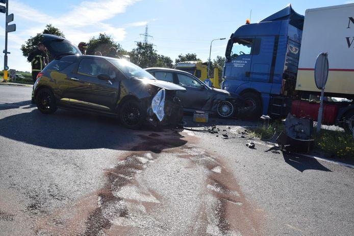 In Almelo is er een persoon gewond geraakt door een ongeluk met twee auto's en een vrachtwagen.