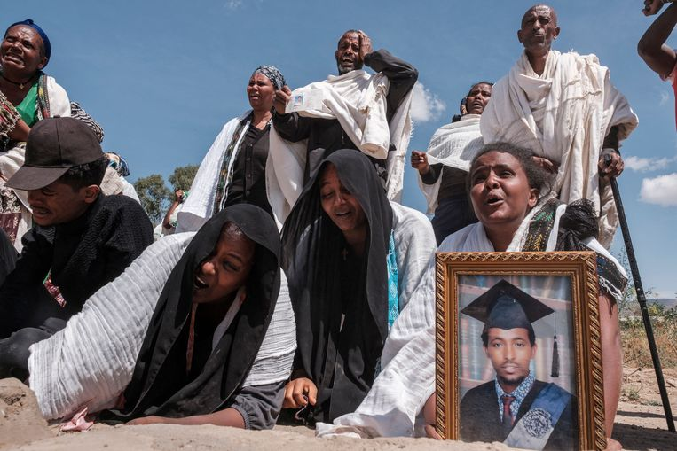 Mensen uit de plaats Wukro in Tigray herdenken 81 slachtoffers  van Eritrese en Ethiopische troepen die zijn begraven in een massagraf begin maart.   Beeld AFP