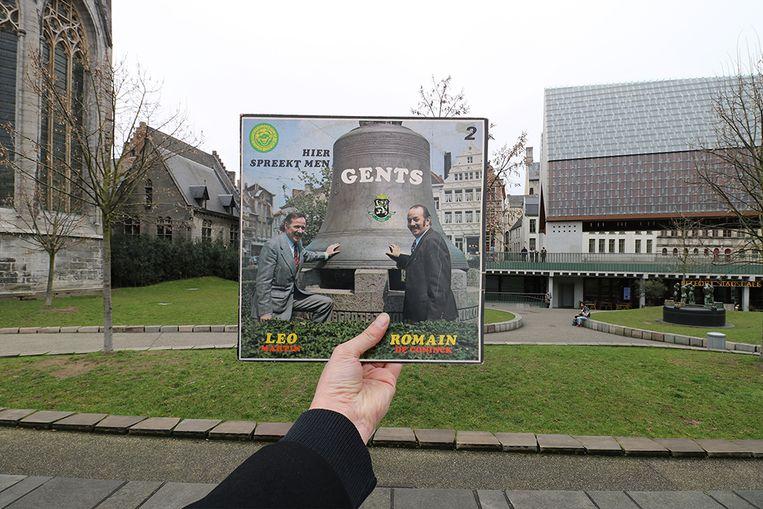 Leo Martin en Romain De Coninck aan Klokke Roeland in Gent op de hoes van 'Hier spreek men Gents' uit 1975.