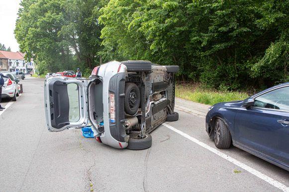 De vrouw botste met haar Renault tegen de geparkeerde Hyundai.