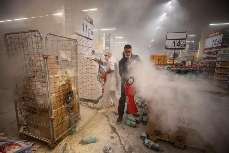 In São Paulo stichtten demonstranten brand in een winkel van Carrefour. Beeld AP