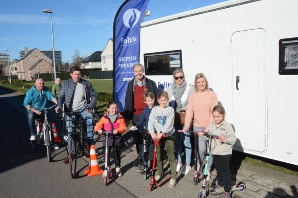 Burgemeester Lieven Dehandschutter bracht zondag een bezoek aan de fietslabelingactie in de Destelwijk.