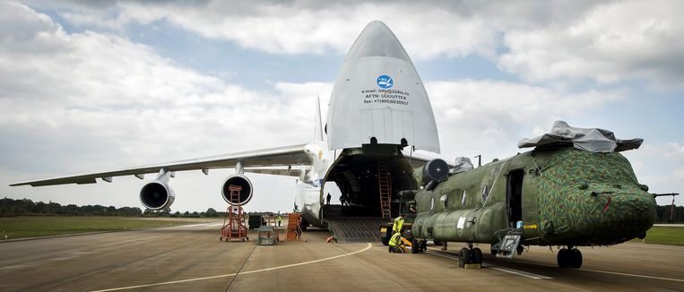 Een Chinook-transporthelikopter van de Nederlandse luchtmacht, op vliegbasis Gilze Rijen, wordt ingeladen in een Antonov 124-transportvliegtuig voor de missie in Mali. Beeld anp