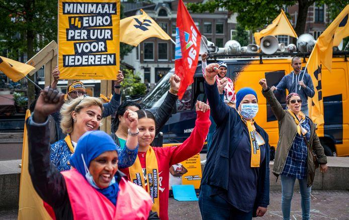 FNV-leden in actie voor een hoger minimumloon.