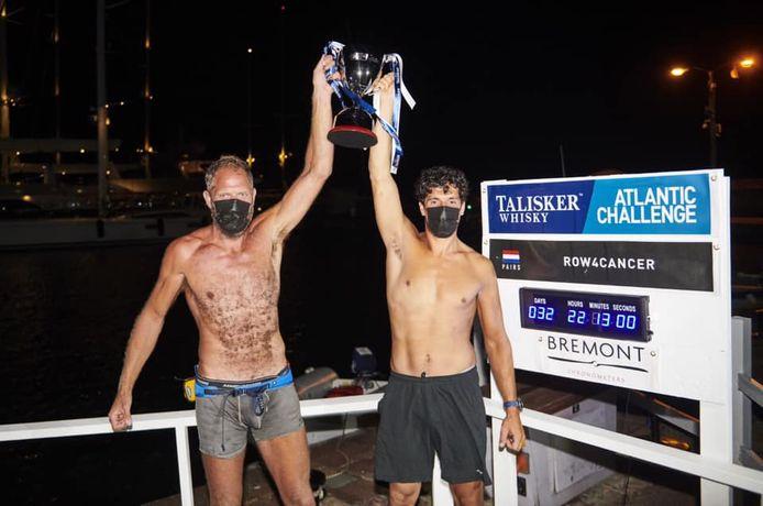 Mark Slats (l) en Kai Wiedmer (r) gleden als eerste over de finish