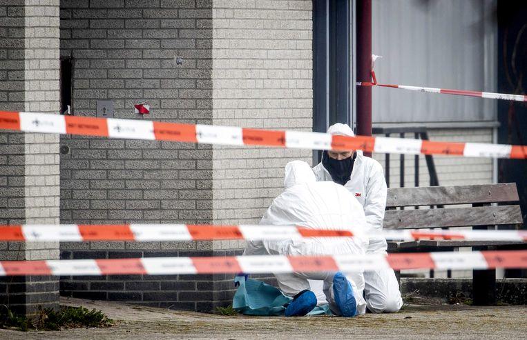 Onderzoek door de technische recherche bij een coronateststraat in Bovenkarspel, waar begin maart een explosief afging. Beeld ANP