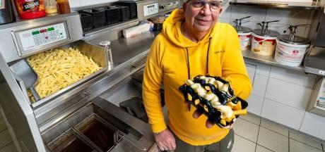 Na de Vitesse Frikandel komt snackbar 't Beumertje nu met het Vitesse-frietje: 'Lekker met gele en zwarte frietsaus'