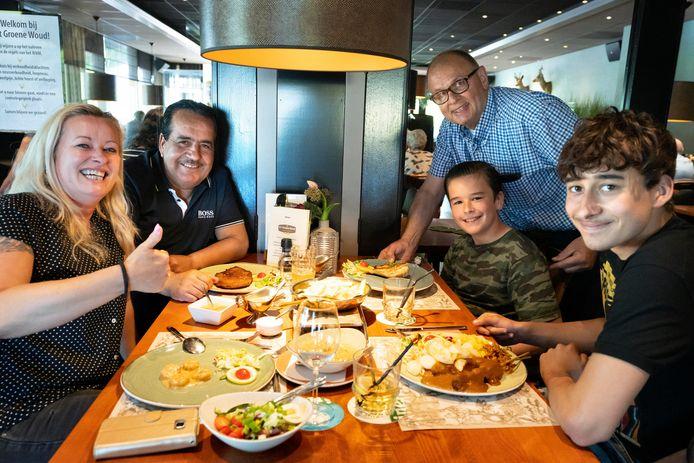 Ton Pijnenburg van In 't Groene Woud in Vught verwelkomt de familie De Laat in zijn restaurant.
