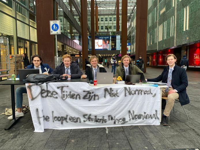 De studenten die actie voerden op het 18 septemberplein. Vlnr: Teun Christiaansen, Jeroen van Dijk, Niels Elders, Dirk van Loon en Timme ter Horst.