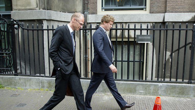 Arjan Greeven (R), samen met advocaat Willem Koops (L) na afloop van een hoorzitting voor de parlementaire Enquêtecommissie Woningcorporaties. Beeld anp