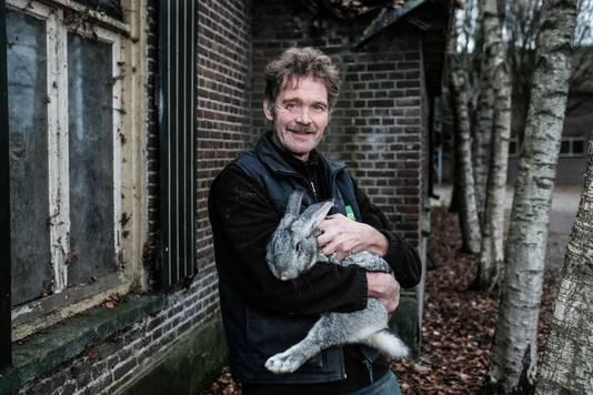 Konijnenfokker Theo de Koning uit Wehl kreeg vorig jaar nog bezoek van dierenactivisten.