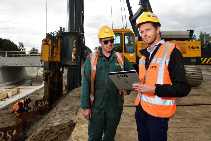 Algemeen directeur Peter van Halteren jr. (r) neemt een kijkje op een bouwlocatie.