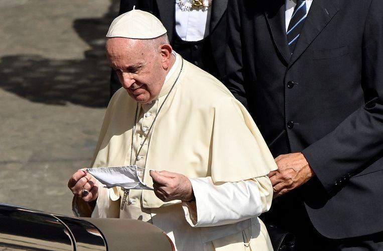 De paus zette zijn mondmasker af van zodra hij uit de wagen stapte. Beeld EPA