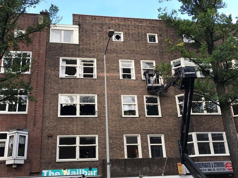 Bij de plofkraak in de Haarlemmermeerstraat waren veel ruiten gesprongen. Beeld Meike van Herk