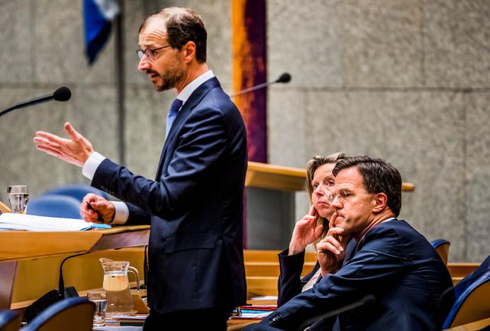 Minister Eric Wiebes (Economische Zaken en Klimaat), Kajsa Ollongren, minister van Binnenlandse Zaken, en premier Mark Rutte bij een debat in de Tweede Kamer over de gaswinning in Groningen.