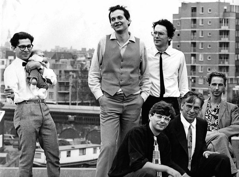 Medewerkers van muziektijdschrift Vinyl in 1984. Staand, v.l.n.r. Max Kisman (vormgever), Joost Niemöller (hoofdredacteur), Oscar Smit (redacteur). Zittend, v.l.n.r. Wim van Sinderen (redacteur), Ronald Timmermans (vormgever), Arjen Schrama (bladmanager). Beeld Marije Bresser