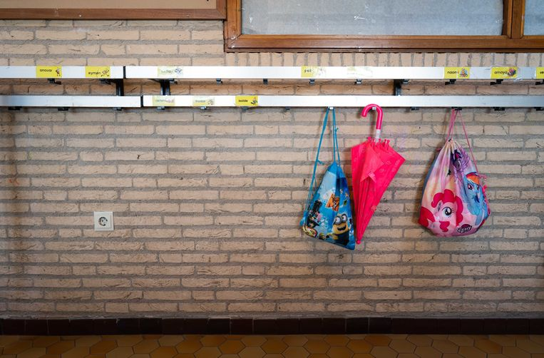 Een lege kapstok op een basisschool. Beeld ANP