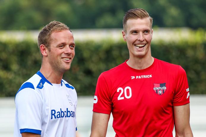 Patrick Heesakkers (rechts) voor de wedstrijd van De Treffers tegen GVVV, met zijn oud-ploeggenoot Simon Brouwer.