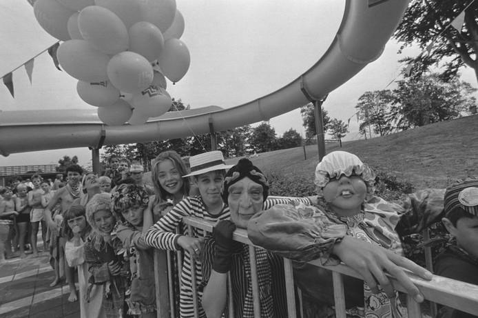 We hebben weer een foto waarop grote en kleine mensen verkleed zijn, nu uit 1985. Ze staan te trappelen om van de glijbaan te mogen. Waar is dit? Wie herkent gezichten? Was u er zelf bij? We zijn benieuwd!