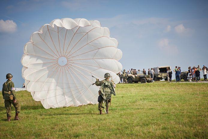 Reenacters spelen een landing van een parachutist op de Vlagheide na, bij de komst van de Liberation Route Europe  in Brabant.