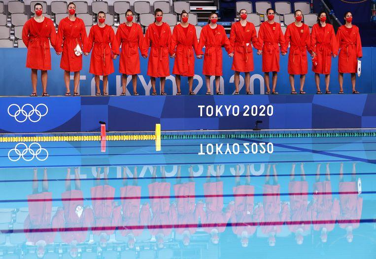 Hand in hand staat de Spaanse waterpoloploeg aan de rand van het olympisch zwembad in Tokio. De vrouwen troffen in de halve finale Hongarije. Spanje won met 8-6 en treft hierna de Verenigde Staten in de finale. Dat team versloeg Rusland met 15 tegen 11. Beeld Reuters