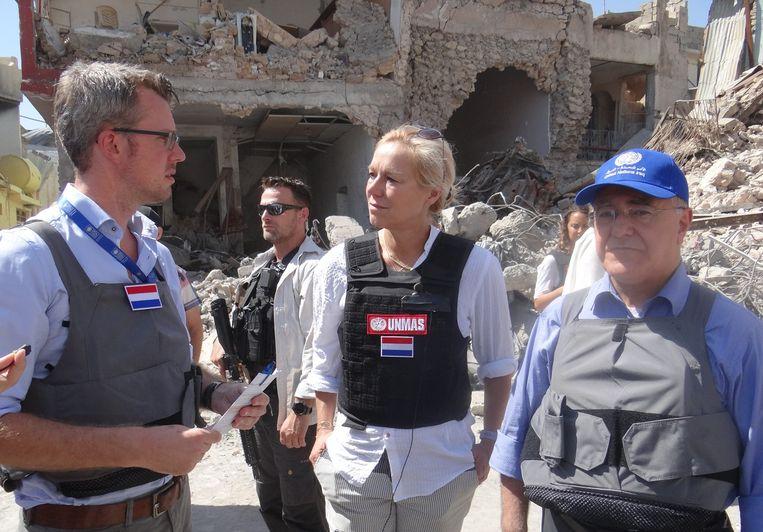 Minister Kaag (midden) bekijkt de verwoestingen in de Irakese stad Mosul. Sommige wijken kwamen tamelijk ongeschonden uit de strijd, maar de oude binnenstad is zwaar beschadigd geraakt. Beeld Marno de Boer