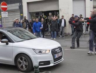 Jongeren bekogelen politie met stenen in Molenbeek, vrouw gegrepen door voorbijrazende auto