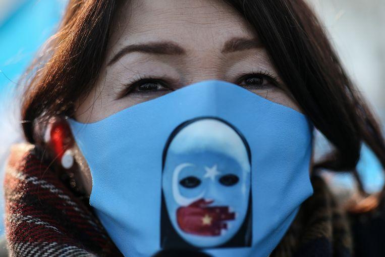 Leden van de Oeigoeren-gemeenschap in Turkije demonstreerden donderdag in Istanboel tegen de Chinese onderdrukking gedurende het bezoek van de Chinese minister van Buitenlandse Zaken aan het land.  Beeld AP