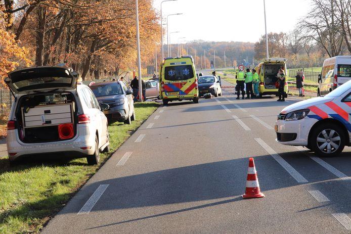 Bij een kop-staart botsing op de N233 in Rhenen zijn zaterdagmiddag meerdere mensen gewond geraakt.