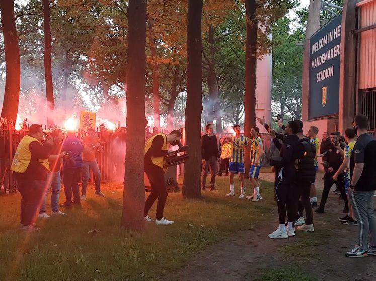 Honderden RKC-supporters zingen spelers toe bij stadion en steken vuurwerk af