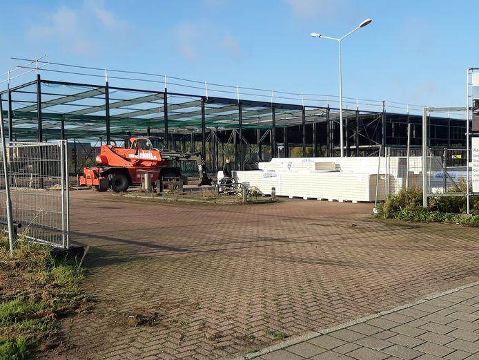 Het geraamte van de nieuwe Karwei in Apeldoorn staat er al. Eind vorig jaar brandde de bouwmarkt op deze plek af.