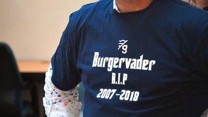 Meesterlijke zelfspot: burgemeester Halewyck neemt afscheid met overlijdensbericht en doos zakdoekjes