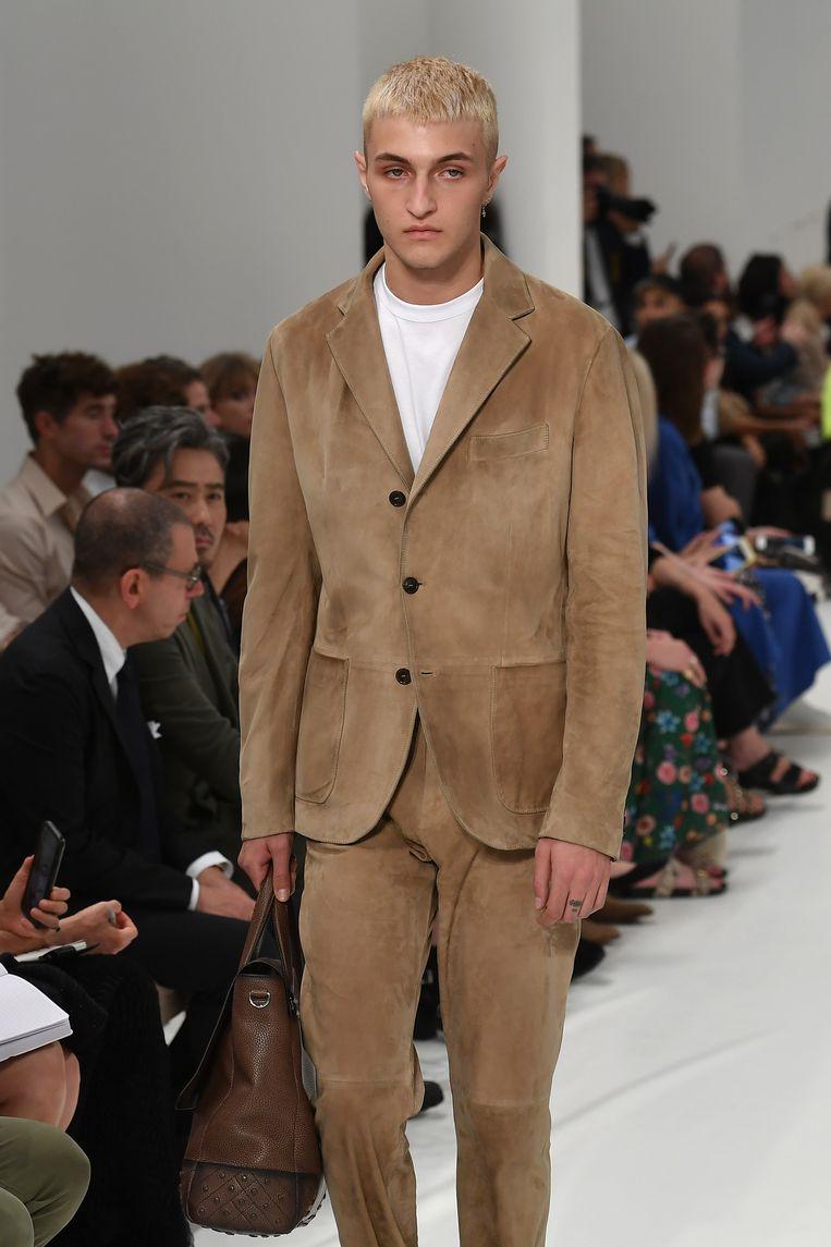 Anwar Hadid op de catwalk tijdens de Milan Fashion Week. Beeld Getty Images
