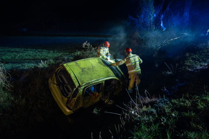 De bestuurster van deze auto raakte met haar voertuig van de weg tussen Deventer en Bathmen. De vrouw raakte daarbij gewond.