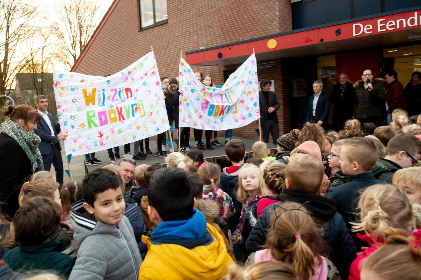 Staatssecretaris Paul Blokhuis verklaarde het schoolplein van basisschool de Eendracht begin vorig jaar al rookvrij.