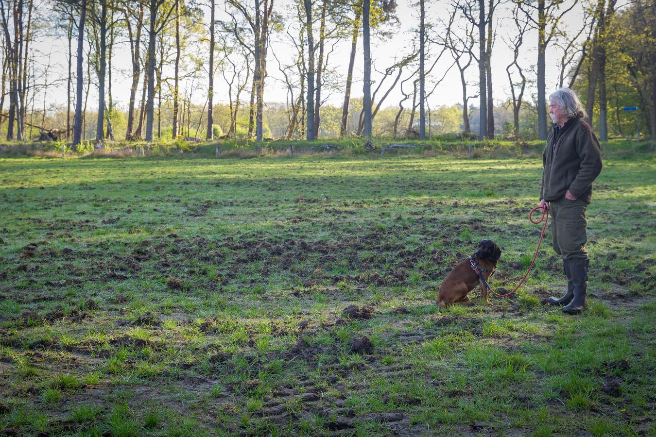 Jager Jan van de Kerkhof uit Valkenswaard laat zien waar de wilde zwijnen het liefst in de modder wroeten.