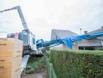 Betonpomp van 36 ton kantelt en komt op huis terecht