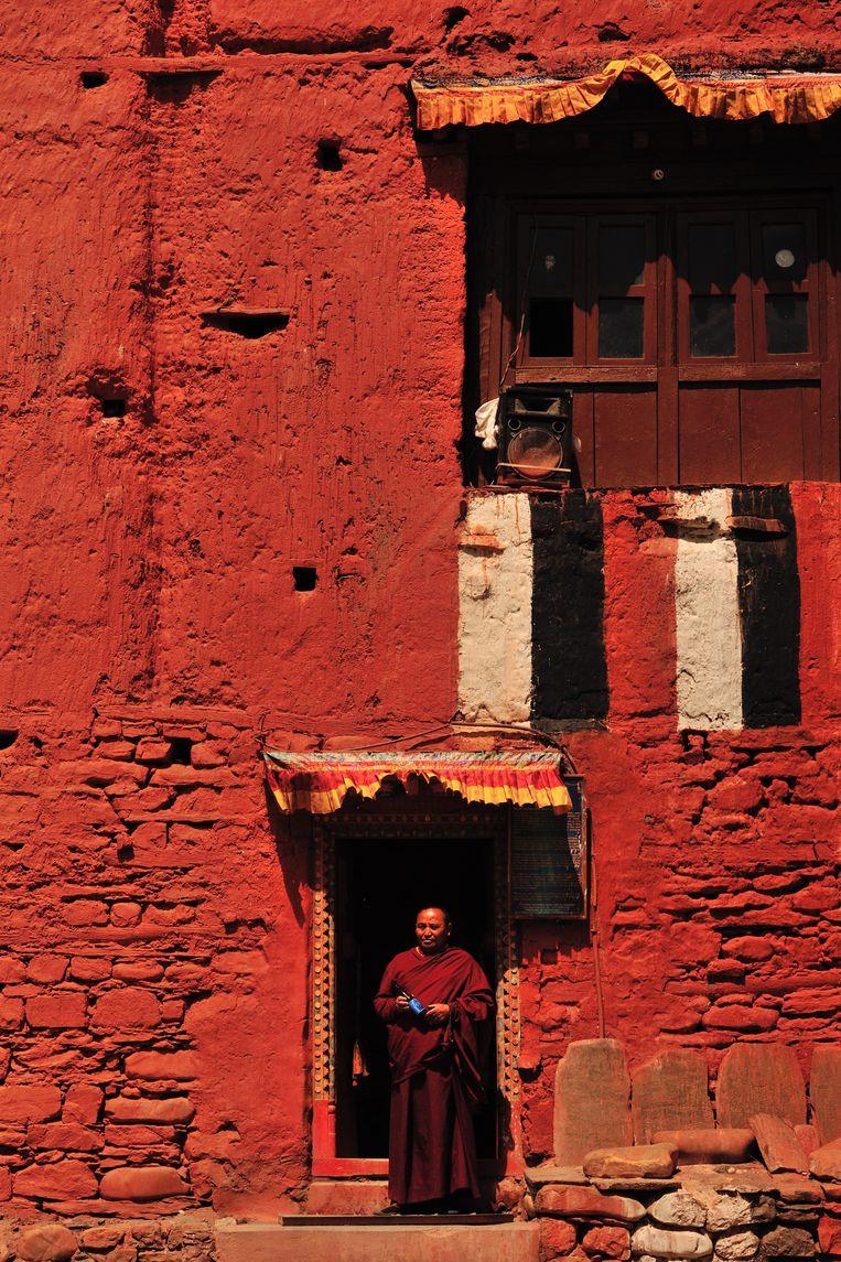 Een monnik voor zijn klooster in Upper Mustang.. Beeld David Devleeschauwer