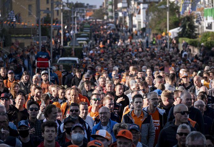 Bezoekers van de Grand Prix lopen treinstation Zandvoort uit, waar zij net zijn uitgestapt. Voor het eerst sinds 36 jaar wordt in de badplaats de Formule 1-wedstrijd Dutch Grand Prix Zandvoort gereden.