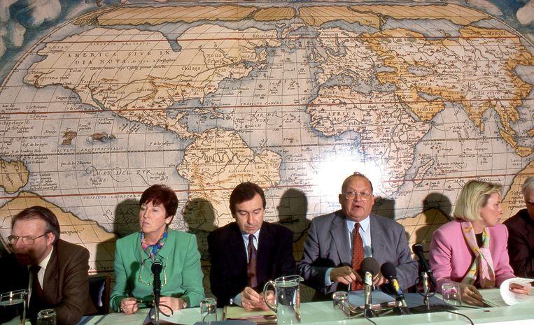 De regering Dehaene op een persconferentie in 1993. Minister van Arbeid Miet Smet is de tweede van links. Beeld PHOTO_NEWS