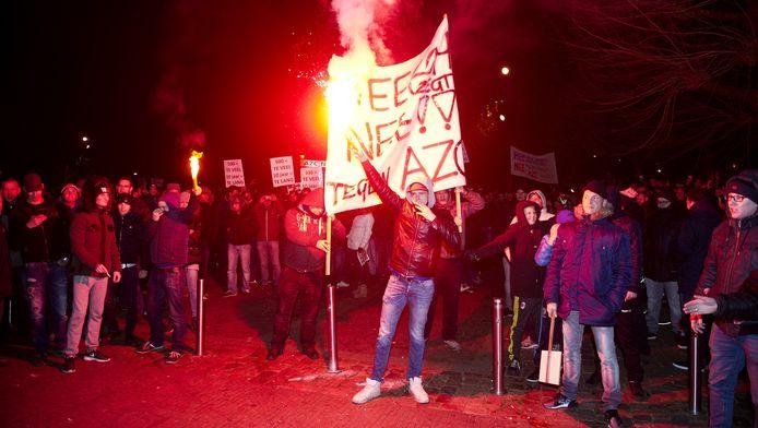 Demonstranten protesteren tegen de komst van een asielzoekerscentrum bij het gemeentehuis in Heesch.