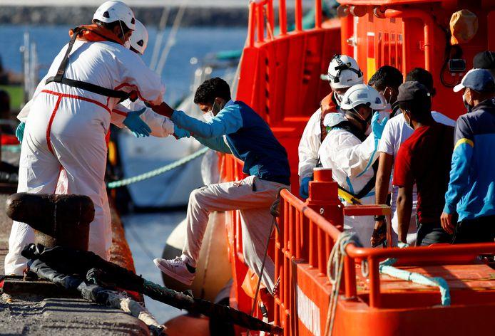 Des sauveteurs aident un migrant à débarquer d'un navire des garde-côtes espagnols dans le port d'Arguineguin, sur l'île de Gran Canaria, en Espagne, le 15 septembre 2021.