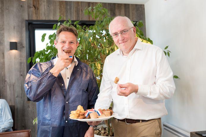 Gedeputeerde Jo-Annes de Bat (links) en Meatless-directeur Jos Hugense proeven vegetarische snacks van Zeeuwse veldbonen.