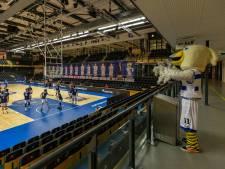 Basketballers van Landstede Hammers uit Zwolle en hun rivalen lopen overheidssteun mis