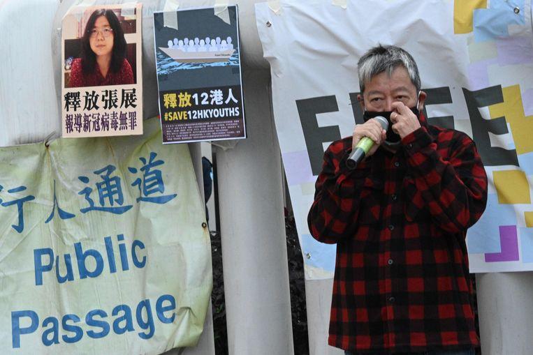 Activist Lee Cheuk-Yan spreekt in Hong Kong tijdens een protest tegen het gevangenschap van Zhang Zhan en 12 activisten uit Hong Kong. Beeld AFP
