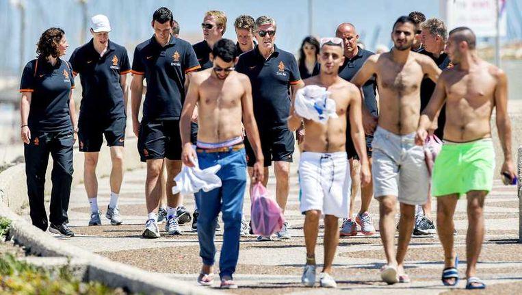 Coach Cor Pot (M) van Jong Oranje maakt met zijn technische staf een wandeling over de boulevard van Tel Aviv een dag voor de halve finale tegen Italie. Beeld anp