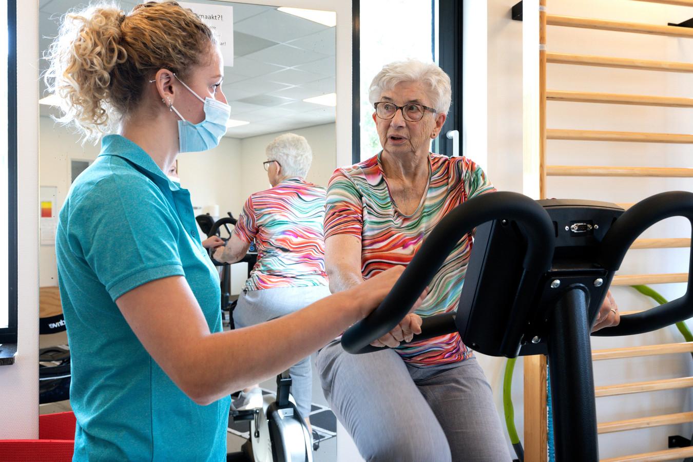 Grada van Baal werkt aan haar conditie voor dat ze geopereerd wordt aan darmkanker en krijgt begeleiding van fysiotherapeut  Maaike van der Heyden.