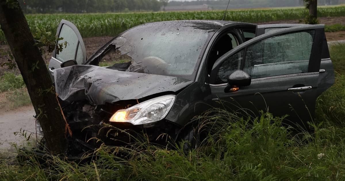 Auto in brand na botsing tegen boom tussen Schaijk en Zeeland.